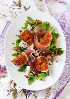 Insalata di fichi, prosciutto ...  http://caramelalafleurdesel.blogspot.it/2012/08/insalata-di-fichi-crudo-e-roquefort.html