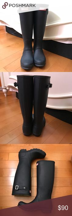 navy matte hunter boots size 5M/6F! these navy matte hunter boots are in a size 5/M/6F, but they comfortably fit a women's size 6.5. there is some discoloration in the inside to due wearing jeans with them, but they're in great condition! i also have the original box, so don't miss out on this wardrobe staple! Hunter Boots Shoes Winter & Rain Boots