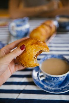 Salted Caramel {Mini} Apple Pies - The Londoner Salted Caramel Apple Pie, Mini Caramel Apples, Apple Recipes, Fall Recipes, Sweet Recipes, Apple Fritter Bread, Apple Fritters, Baking Bad, Mini Apple Pies