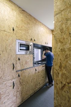 OSB Kitchen Pop-up House by Architects Plywood Kitchen, Wooden Kitchen, Small Apartments, Small Spaces, Küchen Design, House Design, Osb Wood, Casa Pop, Madrid Apartment