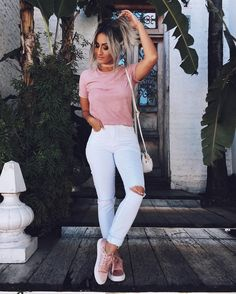 Outfit with pink sneakers of the brand Bershka, pink t-shirts, and white jeans of the brand Stradivarius Pink Shoes Outfit, White Pants Outfit, Outfit Jeans, Cute Casual Outfits, Simple Outfits, Stylish Outfits, Summer Outfits, Look Fashion, Teen Fashion