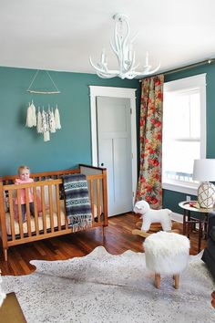 Chambre Bébé En Bleu Canard Avec Plafond En Blanc Et Un Tapis Imitation  Peau Du0027