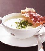 De knapriga skivorna av parmaskinka är goda att smula över soppan.