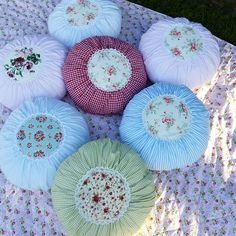 Tilda Rundkissen Quelle: @kreateuse (Instagram) Custom Pillows, Decorative Pillows, Pillow Reviews, Pillow Quotes, Round Pillow, Christmas Embroidery, Pin Cushions, Girl Room, Fabric Crafts