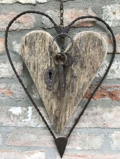 Deko DIY Gifts for the Gardener Is there a gardener you need to buy a gift fo Heart Diy, Heart Crafts, Key Crafts, Metal Art Projects, Metal Crafts, Barb Wire Crafts, Valentine Crafts, Valentines, Barbed Wire Art