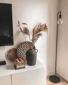 Home Decoration Ideas Front Doors love this black matte vase Decoration Ideas Front Doors love this black matte vase Room Inspiration, Interior Inspiration, Design Inspiration, Living Room Decor, Bedroom Decor, Cheap Home Decor, Home Decor Vases, Home And Living, Home Remodeling