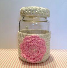 Vidro para colocar chupetas, acabamento em crochê. 8 cms de diâmetro e 13 de altura. Fazemos versão para meninos também.