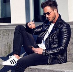 15 Ways to Style Your White Sneakers - Adidas White Sneakers - Latest and fashionable shoes - Dress in Black Leather Jacket Black Skinny Jeans and one can complete the outfit by wearing White Adidas Sneakers Men Looks, Stylish Men, Men Casual, Mode Man, Herren Style, Herren Outfit, Outfit Trends, Mode Masculine, Mens Fall