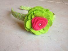 Cerchietto in raso verde a fantasia e fiore in pannolenci verde e fucsia