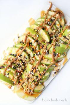 Caramel Apple Nachos Fruit Recipes, Apple Recipes, Fall Recipes, Healthy Dinner Recipes, Healthy Snacks, Snack Recipes, Appetizer Recipes, Recipies, Carmel Apple Recipe