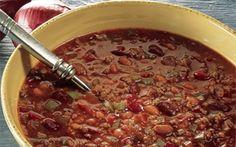 Oksekødssuppe med bønner Skøn og fyldig oksekødssuppe. En suppe, som rigtig kan varme på en kold dag, både fordi den er spicy og krydret og fordi der er masser af dejligt fyld i.