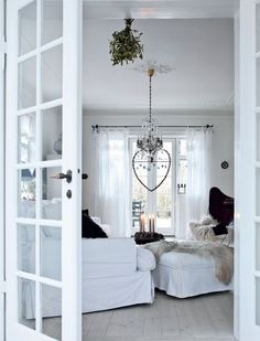 13 Simple Christmas Decorating Ideas for Small Spaces Apartment Christmas Decorations - Small Space Ideas Home Design, Interior Design, Tiny Spaces, Small Rooms, Simple Christmas, Christmas Home, Apartment Christmas, Christmas Balls, Danish Christmas