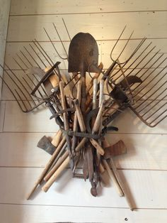 What an incredible way to display old farm implements Antique Tools, Old Tools, Rustic Decor, Farmhouse Decor, Primitive Decor, Southern Style Decor, Craft Shed, Shed Interior, Old Farm Equipment