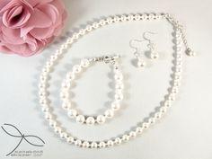 Swarovski igazgyöngy utánzatok felhasználásával készült a szett klasszikus gyöngysor formában.  A nyaklánc hossza: 45 cm (lánchosszabbító kérhető hozzá) A karkötő hossza: 18 cm (kérésre, méretre állítom) A fülbevaló hossza kapoccsal együtt: 2,5 cm Pearl Necklace, Pearls, Jewelry, String Of Pearls, Bijoux, Jewlery, Jewels, Jewelery