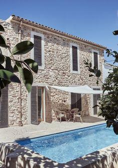An architect's modern holiday home on Mallorca Cozy Backyard, Backyard Seating, Outdoor Seating, Backyard Ideas, Future House, My House, Mediterranean Homes, Mediterranean Architecture, Stone Houses