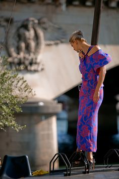 Spring Summer 2016 – The Cliffon dress in tomato red and lapis blue paisley jacquard by Roland Mouret #rolandmouret https://www.rolandmouret.com/product/spring-summer-2016/cliffondress/tomato-red