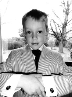 Scabal has just found one of its youngest fans ! Leopold is only eight years old and already a bespoke tailoring addict. On this picture he sent to Scabal, he proudly wears both a made-to-measure jacket and shirt with Scabal cufflinks. Don't you think he's cute?