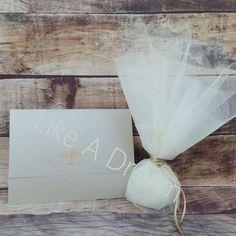 Μπομπονιέρα γάμου τούλινη με 2 φύλλα γαλλικό τούλι ιβουάρ με τούλι στρας χρυσό, με 7 κουφέτα κλασικά αμυγδάλου. Στο προσκλητήριο γίνεται οποιαδήποτε αλλαγή στο σχέδιο, στον συνδυασμό χρωμάτων φακέλου και προσκλητηρίου, όπως επίσης στην γραμματοσειρά και στο κείμενο. Place Cards, Place Card Holders