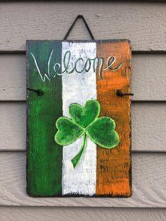 Patrick's Day painted Slate door hanging, painted slate plaque, St Patricks Decor, Irish Welcome - St. Patrick's Day painted Slate door hanging painted Deco St Patrick, St. Patrick's Day Diy, St Patrick's Day Crafts, Holiday Crafts, Painted Slate, Hand Painted, Irish Decor, St Patrick's Day Decorations, Mariana