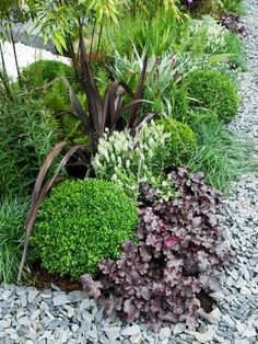 The attractive soft gray of slate chippings provides a perfect foil for edging plants. Slate Garden, Rockery Garden, Gravel Garden, Garden Edging, Garden Borders, Garden Paths, Garden Front Of House, Front Garden Landscape, Stone Landscaping