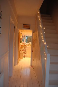 Not for fairy lights, but banister as hallway is similar layout/size to ours. Style At Home, Cottage Shabby Chic, Flur Design, Up House, Decorate Your Room, Hallway Decorating, Home Fashion, My Dream Home, Interior Inspiration
