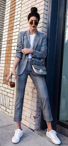 Musa do estilo: Brittany Xavier. Terno cinza, blazer xadrez, calça de alfaiataria xadrez, t-shirt branca, tênis branco