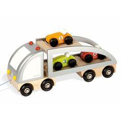 Camión con rampa y 2 plantas para transportar hasta 3 coches y subirlos y bajarlos del mismo fácilmente. Incluye: Camión con 2 plantas y rampa. 3 coches de carreras de diferentes colores. Cuerda para arrastrarlo.  La parte superior del camión se despliega para formar una rampa por donde acceden los coches.  Es un juguete simbólico que ayuda a la coordinación de la mano-ojo y al reconocimiento de los colores.  Fabricado en materiales de excelente calidad, es muy robusto y resistente…