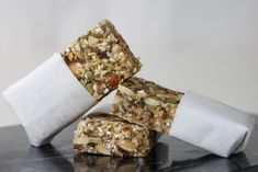 En energibar (myslibar, müslibar) med kun 60 kcal pr. bar? Der er kun en smule honning til at søde baren, for den klistres sammen af chiafrø. Nem opskrift! Musli Bars, Raw Food Recipes, Snack Recipes, Study Snacks, Diabetic Desserts, Anti Inflammatory Recipes, Good Healthy Snacks, Lunch Snacks, Food Hacks