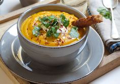 Gulrotsuppe med rode linser Red Lentil Soup, Lentils, Cheeseburger Chowder, Carrots, Ethnic Recipes, Soups, Carrot, Lenses, Soup
