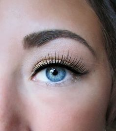 makeup for blue eyes...how do they get the   liner so close?