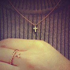 クロスは昔からお守りとして愛されている神さまのシンボル。 bunbunではリングとネックレスのセットアップでご用意しています♡
