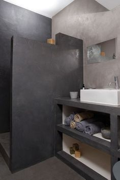 cette salle de bains a t totalement rnove laide dun bton cir choisi en deux tons de gris pour crer un effet de profondeur et de contraste - Salle De Bain Effet Bton