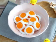 Have you ever tried to make homemade candy? Here is a simple recipe to make those cute gummy fried eggs! - Recipe : Easy gummy fried eggs by PetitChef_Official Ariel Cake, Gravity Cake, Yellow Food Coloring, Homemade Candies, Food Humor, Food Hacks, Food To Make, Healthy Snacks, Easy Meals