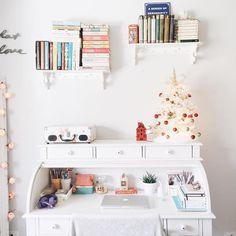 Decoração de natal da minha escrivaninha e muitos livros.