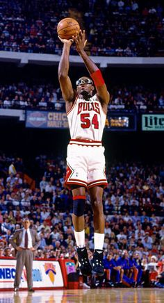 Chicago Bulls - Horace Grant : with the iconic goggles Basketball Legends, Basketball Players, Bulls Basketball, Larry Bird, Mike Friends, Horace Grant, Jordan Bulls, Nba Championships, Chicago Bulls