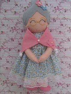 awwwwww how sweet !Granny with her shawl on Felt Fabric, Fabric Dolls, Paper Dolls, Felt Quiet Books, Felt Patterns, Waldorf Dolls, Felt Toys, Felt Art, Diy Doll