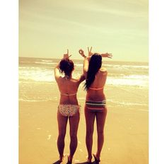 cute picture idea for a beach vacation with your best friend #summer