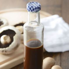 Kilner fabrique en Angleterre ces bouteiilles en verre transparent qui se ferment à l'aide d'un bouchon à vis au motif vichy bleu. dans la même collection retrouvez les bocaus de cuisine Kilner