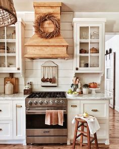 Vintage Farmhouse Decor Our list of 45 vintage kitchen design and decor ideas offers some much-needed guidance on how to pull off an era-spanning interior. Vintage Farmhouse Decor, Farmhouse Kitchen Decor, Country Kitchen, New Kitchen, Vintage Kitchen, Rustic Farmhouse, Farmhouse Style, Kitchen Ideas, Farmhouse Design