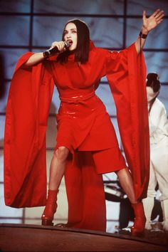 Madonna performing at 1999 Grammy Awards in red kimono-style outfit Madonna Concert, Madonna 90s, Madonna Fashion, Madonna Mode, 90s Fashion, Madonna Outfits, Recital, Geisha, Madonna 80s