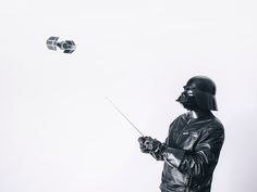 Pawel Kadysz, diseñador polaco de 28 años, es el creador de esta fabulosa serie que nos muestra como sería la vida cotidiana de Darth Vader a lo largo de los 365 días del año. Pawel tiene la intención de continuar subiendo una foto nueva por día hasta el día del estreno de Star Wars episodio VII …