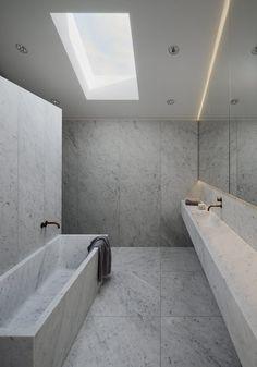 Frösakull, Lindvall A&D marbre de Carrara en contraste frappant avec la façade en bois non traité.