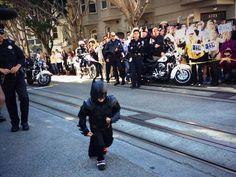 """.Miles, um menino de 5 anos que luta contra a leucemia, está fantasiado de """"Bat-Garoto"""" como parte de uma dia proporcionado pela Fundação Make-A-Wish em San Francisco, ."""