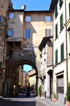 Porta de' Borghi, the gate of the ancient Medieval walls pic by Fra Yo