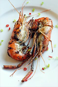 This pan-fried prawns recipe is probably one of the easiest but remarkably delicious recipes for prawns–fresh water prawns pan-fried with soy sauce, cooking wine, and a wee bit of sugar. In Chinese, this dish is called 干烧虾.