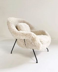 Superior Eero Saarinen Womb Chair in California Sheepskin Home Furnishing Stores, Home Furnishings, Furniture Styles, Home Furniture, Furniture Ideas, Barbie Furniture, Garden Furniture, Plywood Furniture, Modern Furniture Design