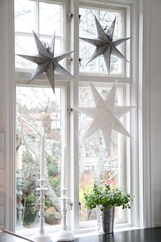 17 Lovely Christmas Window Decor Ideas to Jazz Up Those Glass Panes! decorations windows 17 Lovely Christmas Window Decor Ideas to Jazz Up Those Glass Panes! Nordic Christmas, Elegant Christmas, Christmas Home, Christmas Windows, Christmas Stars, Christmas Feeling, Christmas Crafts, Christmas Interiors, Christmas Living Rooms