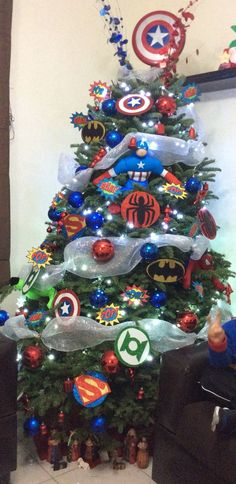 Árbol de Navidad de los Vengadores. Superhero Christmas Tree for real superheros only!