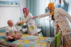 The doctors and nurses at children's hospital for cancer, dress up as clowns. to ease the pain and bring smiles to the kids faces. Oncology Nursing, Doctor Humor, Childhood Cancer Awareness, Clowning Around, Funny Gags, Doctor In, Book Projects, Everything, Clowns