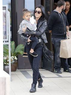Kourtney Kardashian Photos - Kourtney Kardashian Enjoys Lunch With Her Kids